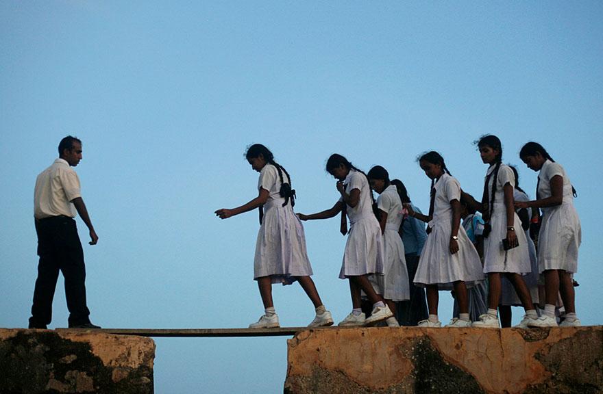 """Самые опасные """"пути к знаниям"""", которые приходится преодолевать школьникам в разных концах света"""